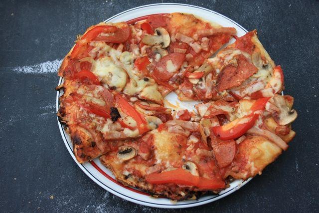 Lækker, lækker pizza på bål! Start med at lave pizzadej og tænd derefter bålet!! Når bålet er godt i gang, sættesgryden til opvarmning, da det tager en rum tid, inden den bliver rigtig varm. Gryde…