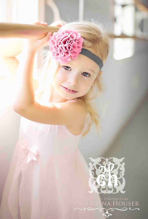 Bebé diadema - bebé niña flor diadema - polvoriento volantes flor rosa en venda elástica gris carbón suave