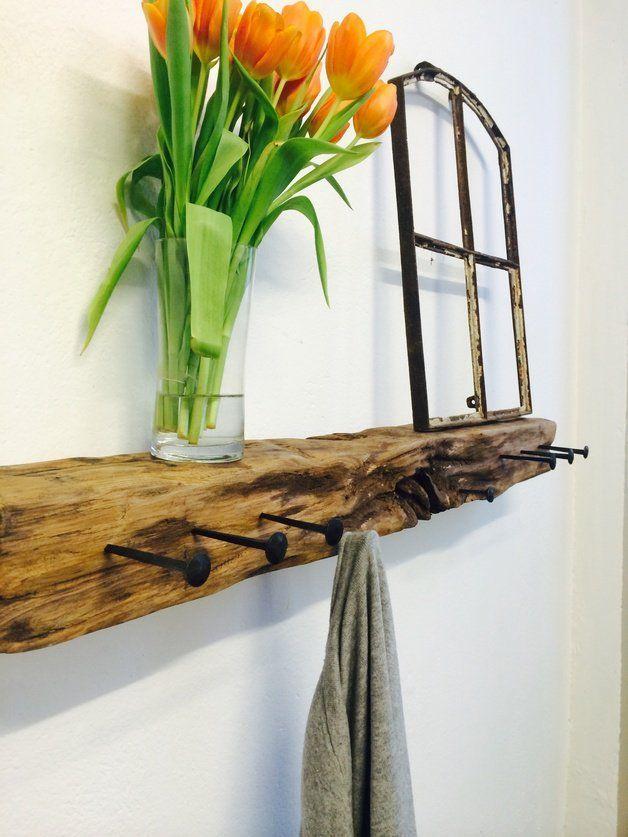 Kleiderschrank aus einem Stück Eichenholz, das von einem Pier stammt und auf natürliche Weise von Wind und Wasser verarbeitet wurde. Seltenes Holz und einzigartiger Anblick. Die Haken waren acht Nägel
