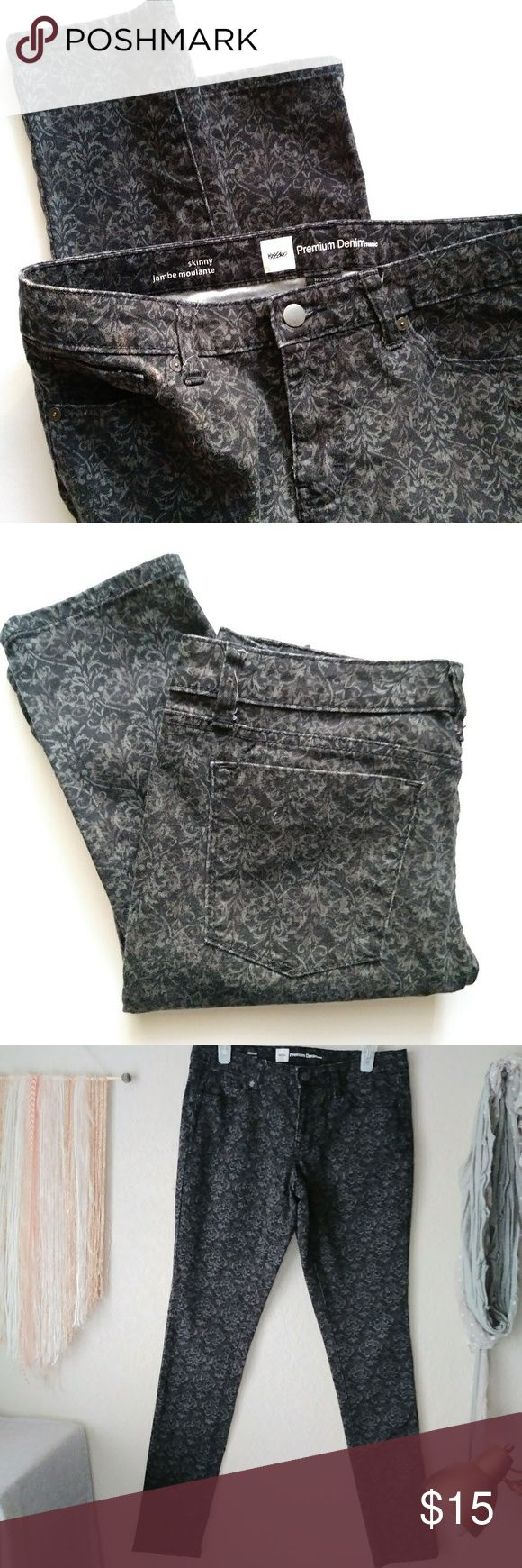 """Mossimo Womens Floral Black Jeans Size 8 Fit 3 Mossimo black floral jeans from Target. Pre-owned in very good condition. Like NEW.   Measurements Laying Flat 💜Waist 16"""" 💜Length 39"""" 💜Inner Seam 30""""  ❤If you have any questions please write it in the comments and I'll get back to you as soon as possible. Mossimo Supply Co Jeans Skinny"""