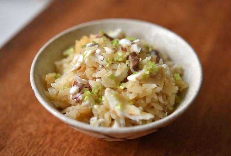 いちばん丁寧な和食レシピサイト、白ごはん.comの『鯛めしの作り方』を紹介するレシピページです。鯛の切り身を使って炊飯器で炊く作りやすいレシピを紹介しています。鯛の風味を閉じ込めるために、ごはんと炊く前に漬けだれで鯛の切り身を漬け込むのがポイント。ぜひお試しください!