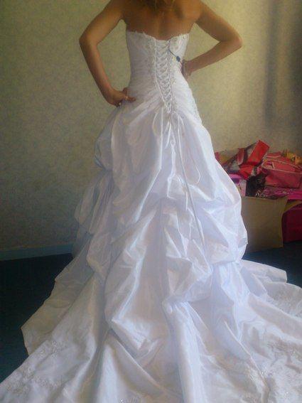je vends ma robe de mariée, elle n'a jamais était portée en raison de l'annulation de mon mariage.  Elle est donc encore ds sa housse, et étiqueté.  Acheté a la boutique Lovin You de Bayonne.  Couleur blanche, bustier cache coeur avec broderie fine et per