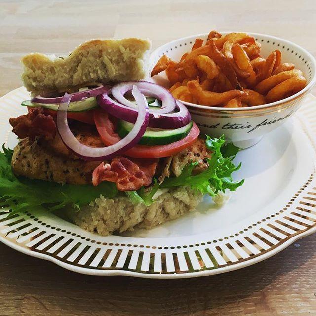 Nydelig kylling filet med nybakt focaccia 😋 Servert på tallerken og skål i gull…