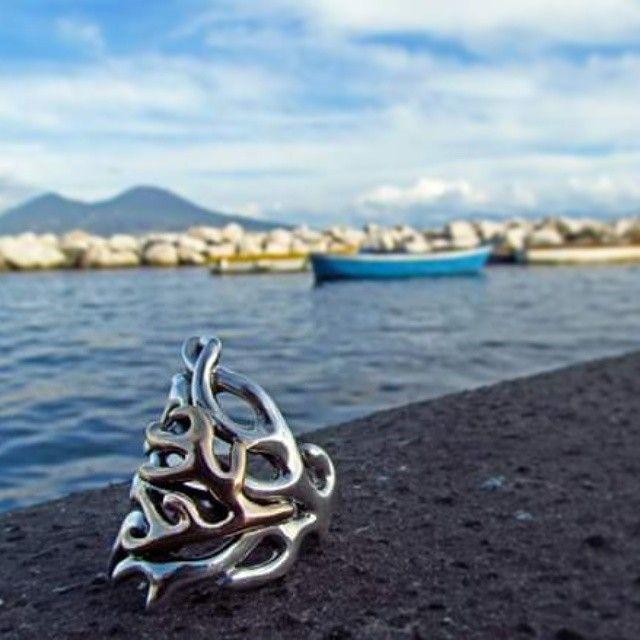 L'anello Ramo Corallo si gode una giornata di sole autunnale.  #gioielli #jewelry #design #valeriopirolo #napoli #pietrasalata #corallo #coral #anello #ring #silver