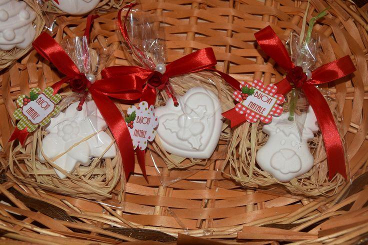 Gessetti profumati natalizi NATALE <3 Confezione compresa di: rafia color legno, nastrino al gessetto, nastrino alla confezione, fiorellino + perlina, biglietto augurale. Ideali per segnaposti ♥