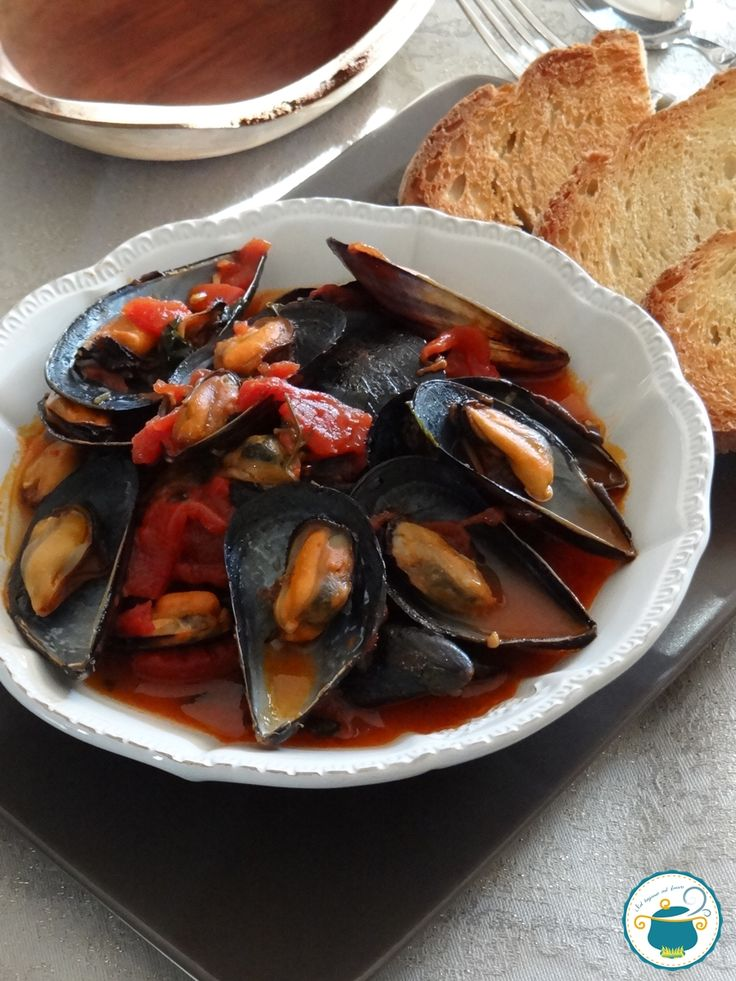 zuppa di cozze al pomodoro San Marzano con crostini