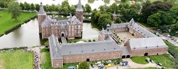 kasteel Hoensbroek is een van de grootste kastelen van nederland, het kasteel ligt in limburg. het oudste gedeelte, de grote ronde toren is gebouwd rond 1360 door Herman Hoen, hij was dan ook de eerste bewoner. tussen 1930 en 1940 werd het kasteel grondig gerestaureerd. in 1986 gebeurde dat nog een keer. nu is het een museum.