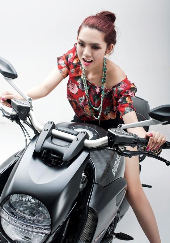 Hotgirl beside Ducati  http://hotrungtruc.blogspot.com