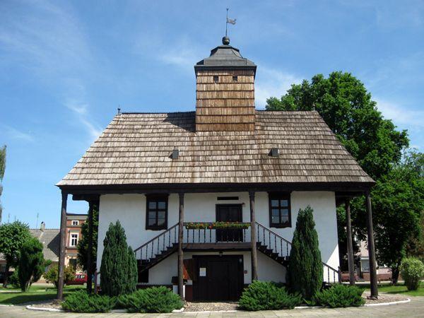 Ratusz w Sulmierzycach jedyny zachowany w całości drewniany ratusz w Polsce. Ratusz wybudowano w 1743 roku, na miejscu starszego z 1647 roku. W ratuszu znajduje się od 1957 założone staraniem Leona Piątka Muzeum Regionalne im. Sebastiana Klonowica.