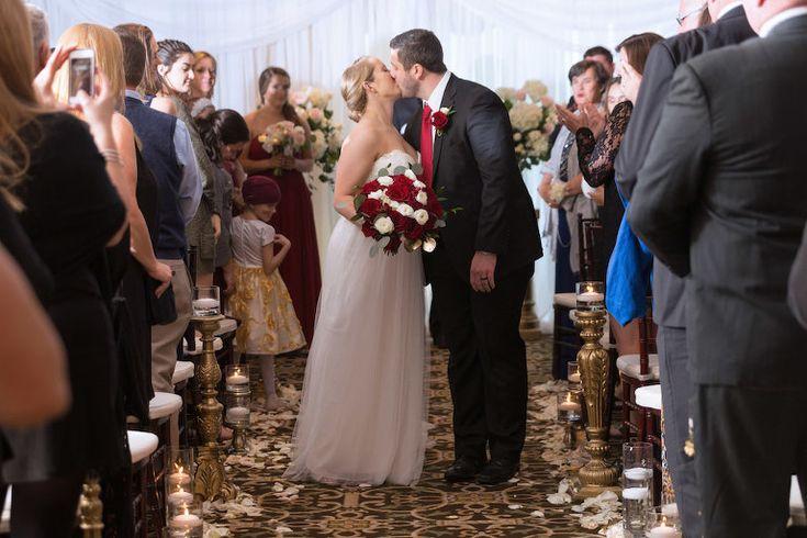 Hochzeitszeremonie Erster Kuss Porträt, Braut hält Rot und Weiß Rose mit Grün Bouquet, Bräutigam mit roter Krawatte und Rote Rose Boutonniere | Tampa Hochzeitsfotograf Carrie Wildes Fotografie