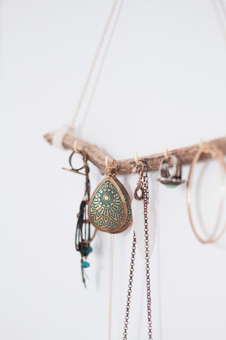 Aujourd'hui on se retrouve avec un premier DIY ! Il y a quelques années j'ai réalisé un porte-bijoux à partir d'un ancien casier d'imprimerie. Très pratique, il permettait d…