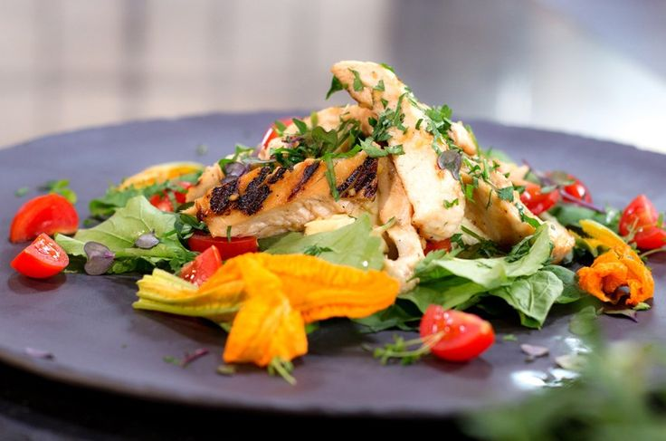 Zencefilli Tavuk Salatası, Kereviz ve Elma Remoulade. Malzemeler  200 gram tavuk göğüs 1 adet lime 1 adet limon 1 baş sarımsak 50 gram mayonez 10 gram hardal Zeytinyağı 1 adet yeşil elma 2 adet kök kereviz Tuz Karabiber