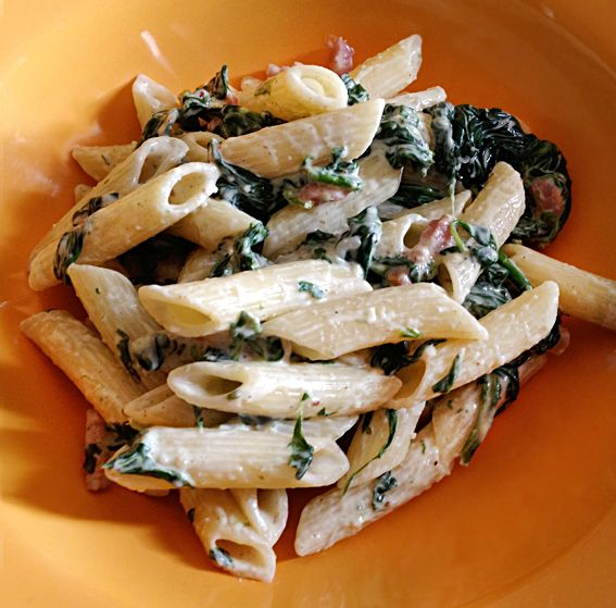 Pasta met spinazie, spekjes en kruidenkaas