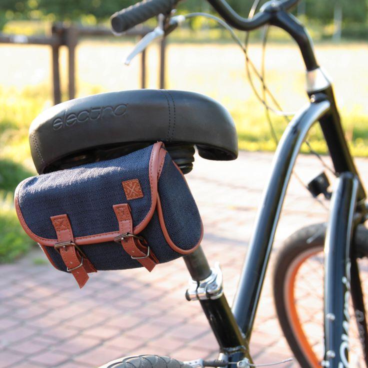 Granatowa sakwa rowerowa pod siodło