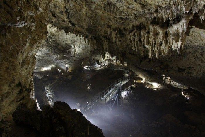 Pestera Valea Cetatii Rasnov este o peșteră situată la aproximativ 3 km de orașul Râșnov, pe șoseaua Valea Cetății spre Poiana Brașov, descoperită acum circa 60 de ani (aprox. 1949, când în urma unei explozii hidraulice – datorită sedimentelor acumultate si a intrării foarte înguste – a fost desfundată intrarea în peșteră, de unde și numele de peștera Fundata).
