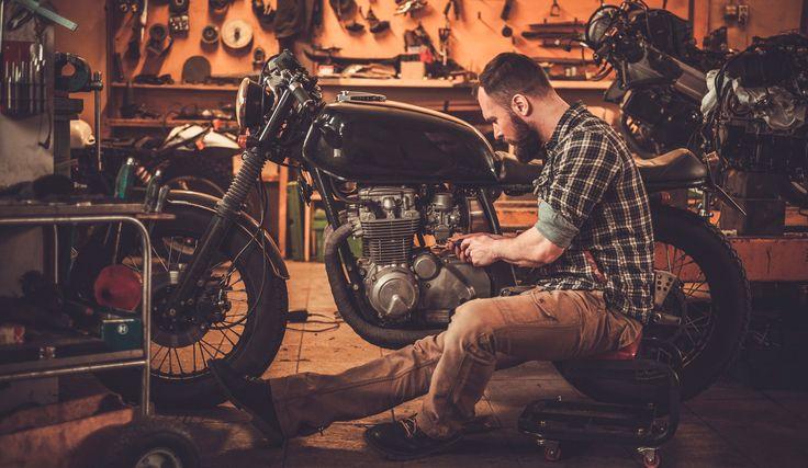 Para realizar el mantenimiento de una moto tienes que tener en cuenta: la presión de los neumáticos, estado batería, luces, aceite...