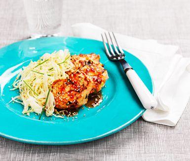 Lax- och krabbkakor sweet chili med intensiva, asiatiska smaker. Ett recept som på ett behagligt sätt blandar det sura med det söta och starka. Servera med en vitkålssallad och limeklyftor och ris eller nudlar om en större måltid önskas.