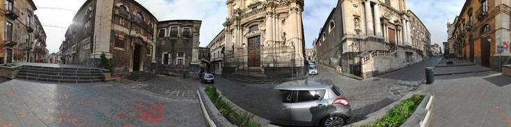 Via Crociferi, riconosciuta Patrimonio dell'Umanità, è l'arteria barocca di Catania, un gioiello sorto sulla Strada Sacra greco-romana, poi detta dei Tre Santi nel Medioevo e ancora ricca e imponente nel Settecento.