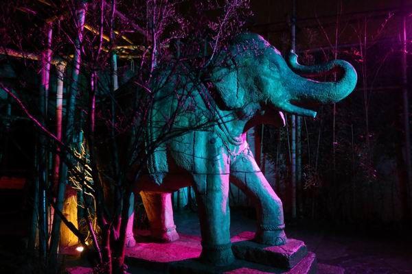 Anstrahlung einer Elefanten Skulptur im Winterzoo