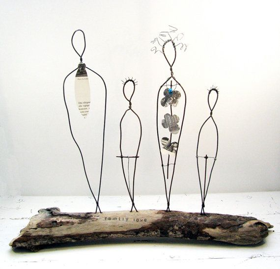 Rustikale Draht-Skulptur mit dem Titel Love Family. Diese großen schönen Mischtechnik Treibholz und Draht-Skulptur ist ein wunderbares Geschenk. Die rustikalen Charme ist eine schöne Erinnerung an die Freuden teilen Ihr Leben mit den Menschen, die Sie lieben und Familiengeschichte voller schöner Erinnerungen zu schaffen. Perfekt für diejenigen, die eine rustikale Wohnkultur lieben und schätzen die Schönheit des einfachen Lebens.  Die weiblichen Draht-Skulptur hat eine Papier-Blume Kleid aus…