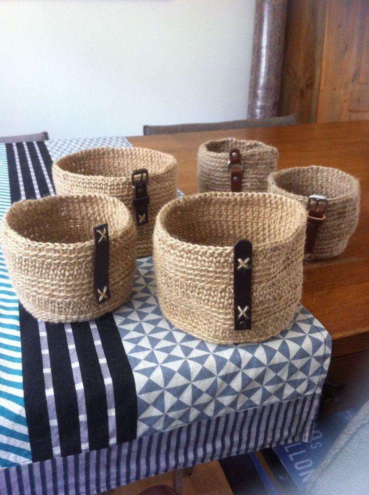Mandjes crochet met jute twine afgewerkt met leren riempjes