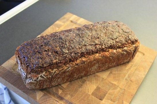 Danskt rågbröd med surdeg och solroskärnor