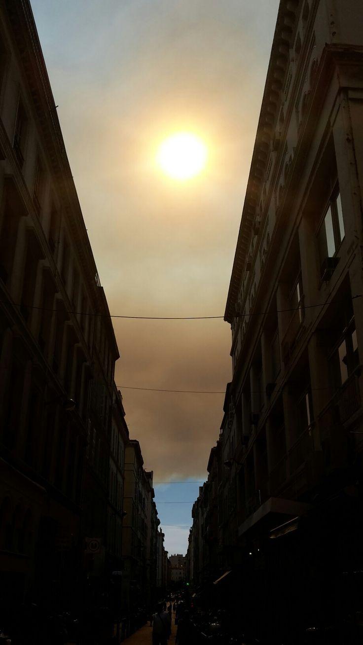 10/08/16 le ciel au-dessus Marseille  pendant le feu de foret alentours