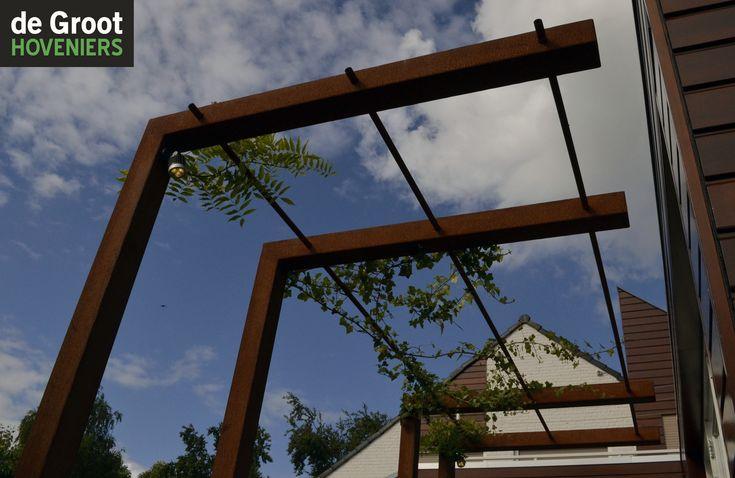 Pergola, Corten staal, Blauwe regen. Moderne tuin.
