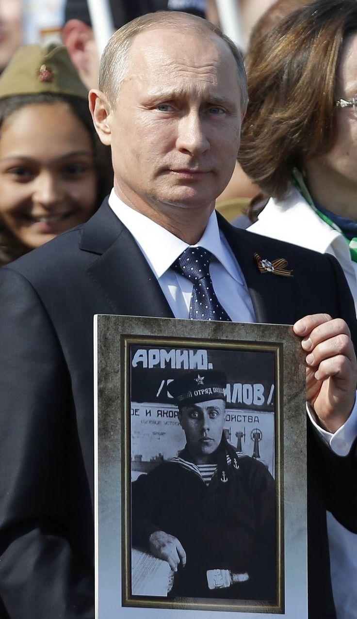 Poetin met een portret van ziijn vader op de overwinningsdag 9 mei 2015