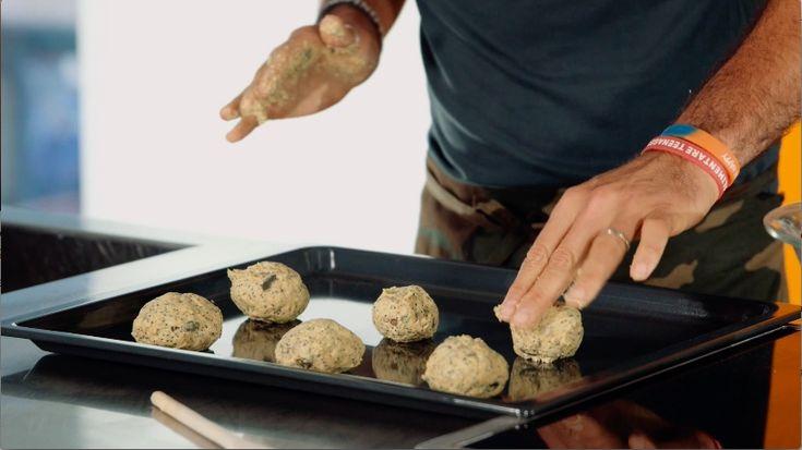 Cari amici,  come anticipato ieri, oggi andremo a preparare delle pagnottelle multi-cereali davvero molto saporite, che cuoceremo in un forno combinato.  Vediamo subito gli ingredienti:  1/2 panetto di lievito fresco 120 g di farina integrale 1