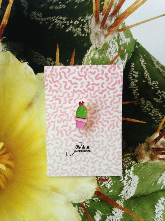 Pins cactus fleuri vert et rose parfait pour prolonger lété!   Livré dans un joli petit emballage pour offrir. Taille/ 1x 2cm (promis on a enlevé les épines!)    Pins little flowery cactus, green and pink to illuminate a jacket or a sweater.  Delivered in a little pretty package for a gift. Size/ 1x 2 cm (promised we removed thorns!)