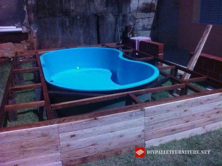Artede Paletes ci insegna passo passo come adattare una piccola piscina convenzionale con l'aiuto del legno. La struttura che supporta la piattaforma è realizzata con legno convenzionale e il…