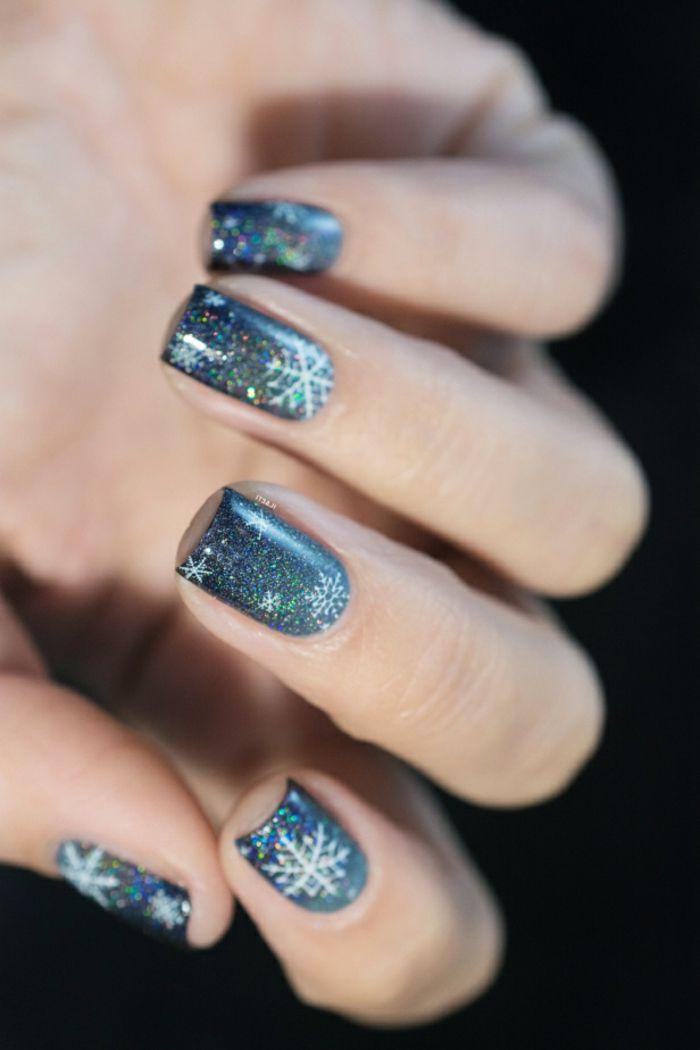 Glitzer Nageldesign in Blau, weiße Schneeflocken auf dunklem Grund, eckige Nagelform, einfach zum Nachstylen