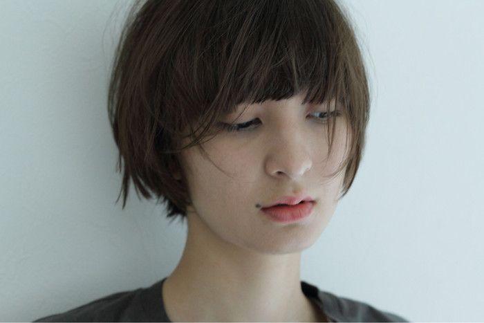 人の第一印象は、見た目と雰囲気のほぼ半々で決まるのだそう。顔が小さいとか目が大きいなどの見た目要素は変えられなくても、髪型と顔のバランスがきれいといった雰囲気なら手を加えられますね。実は髪型の印象を左右するのは前髪!前髪一つといって侮るなかれ。前髪だけで、人は自在に印象チェンジできちゃうのです。