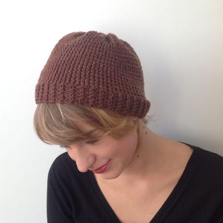 Brązowa czapka wykonana na ściągaczu. Obwód czapki bez rozciągania: 53 cm Więcej na: www.czapelnyzwelny.pl