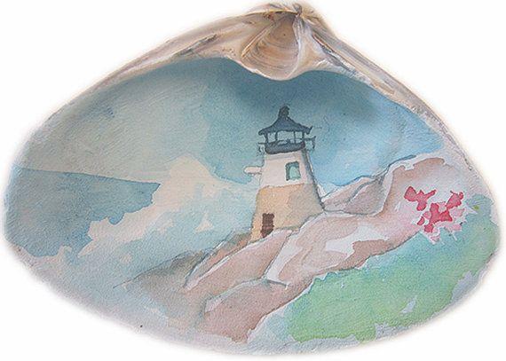 Jai trouvé ce coquillage sur la plage de Newport RI. Après que jai lavé il est propre, jai peint avec un motif aquarelle qui fait la surface de la coquille à agir comme le papier aquarelle fin. Quand cétait sec, jai peint à laquarelle dune image du phare de Castle Hill, un phare dans la baie de Narragansett, RI... Lorsque la peinture est finie, jai peint avec un revêtement acrylique. Cette coque fait un cadeau de la grande maison, cotillons ou un souvenir.