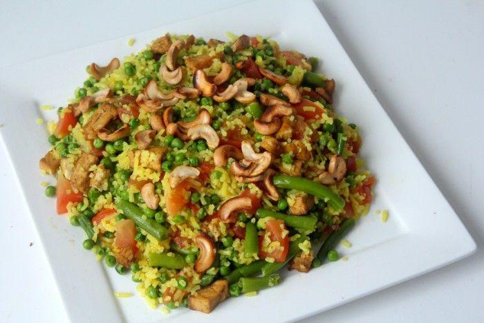 Een heerlijk kleurrijk vegetarisch gerecht! Gele rijst met een heleboel groenten. Snel, goedkoop én lekker. Recept in de bron!