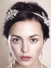 Альтернатива тиаре - свадебный ободок. Это не только красивый, но и выгодный аксессуар, ведь вы сможете надевать его и после свадьбы. Больше всего подходит ободок для волос, свободно рассыпанных по плечам. Но и в прическе это свадебный аксессуар смотрится неплохо. Свадебный ободок в наличии в салоне Роза Бланка