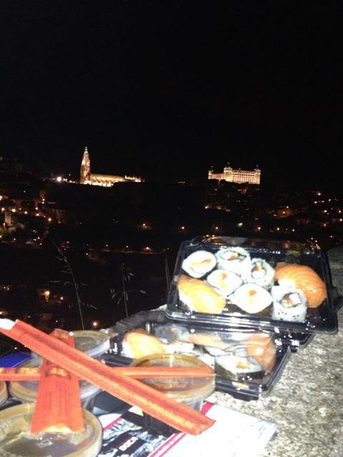 Sushi en el Valle con el Casco de Toledo de fondo...