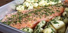1 lombo de salmão de aproximadamente 1,5kg (pode ser com pele)  - 4 colheres (sopa) de manteiga em temperatura ambiente  - 1/2 xícara (chá) de ervas variadas (gosto de usar salsinha, ceboulette, alecrim e hortelã) bem picadas  - 1 colher (sopa) de azeite  - 1 colher (sopa) de vinho branco  - 1/2 colher (chá) de sal  - pimenta calabresa a gosto  - 500g de batatas bolinha descascadas