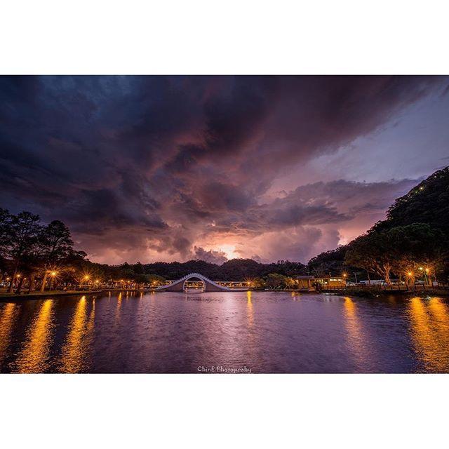 Instagram【chinechou】さんの写真をピンしています。 《大湖公園の日出  #台灣 #臺灣 #台北 #內湖#大湖公園#星芒 #車軌#夜景#日出#sun#night#light#city #佳能 #6D #CANON #11mm#canon1124mm #攝影 #拍照 #旅行 #taiwan #travel #風景 #landscape #Photo #sky#火燒雲#fire》