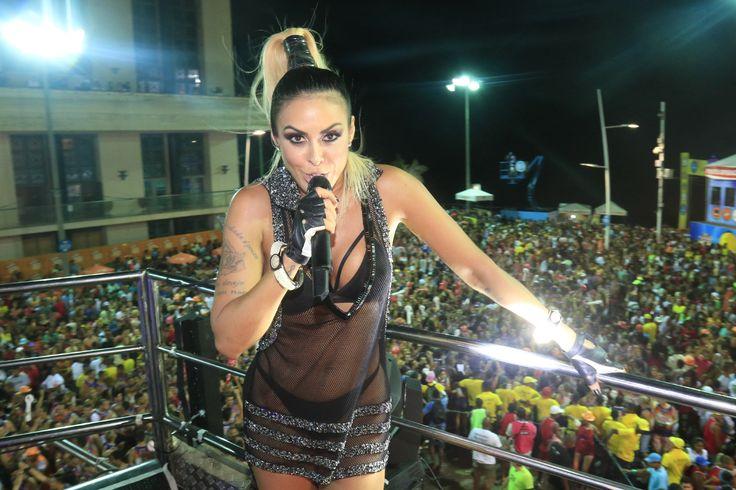 Alinne Rosa usa biquíni fio-dental e vestido transparente em Salvador