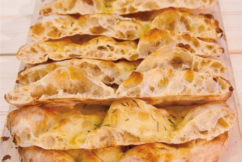 La ricetta della pizza scrocchiarella romana, in teglia, croccante e buonissima. Uno dei classici street food di Roma da preparare a casa, per la merenda o per una cena veloce davanti la TV.