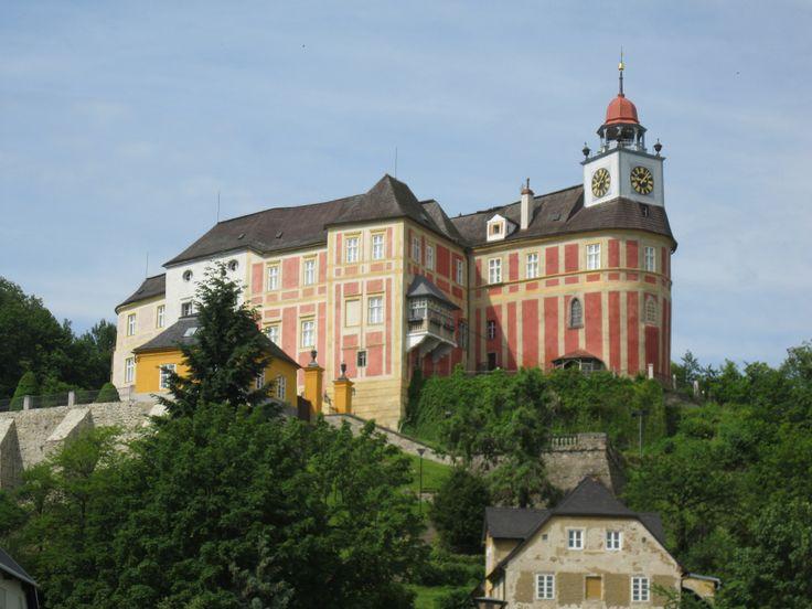 Javorník (okr. Jeseník). Zámek vratislavských biskupů Jánský Vrch. Původní pozdněgot. hrad v r. 1509 nazván dle patron diecéze Johannesberg.