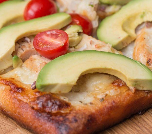 Tällainen herkku syntyy, kun avokado, pizza ja kana kohtaavat