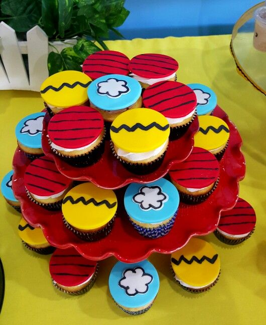 Peanuts snoopy cupcakes by Wonder Cakes by Yasmin
