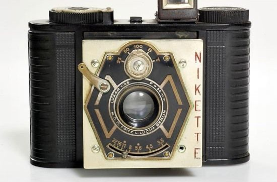 Nikette  World's first bakelite rollfilm folding camera  With pop-out strut-supported front,  for 16 pictures 3 x 4 cm on 127 film,  3-element Luxar 3,5/50 lens by F.L. Lucht, Berlin.  Lens shutter 1/25 to 1/100, B, T. With original leather bag.  By C.F.G. Fischer, Berlin  1932Blairbear Cameras, Cameras Love K, Antiques Vintage Cameras, Cameras Vintage, Cameras Addict, Cameras Photography, 16 Pictures, Folding Cameras, Cameras Porn