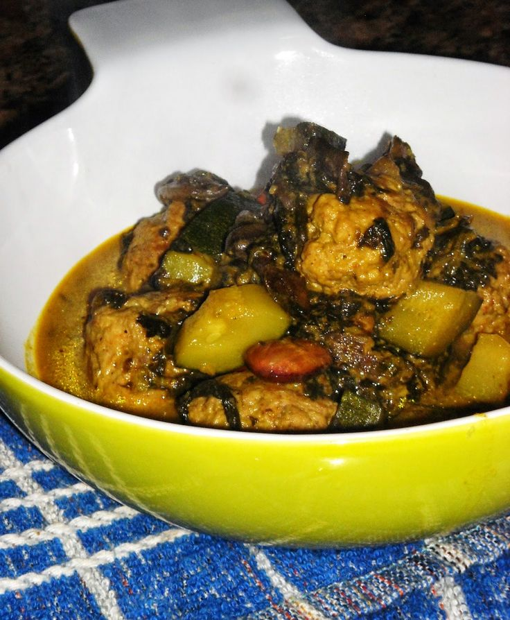 Almôndegas com espinafres, curgete e cogumelos em molho indiano