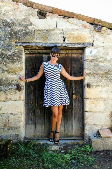 ⚫ Black  and  White  Ruched  Dress  ⚪  By  @znuofficial   fino  al  21  Agosto  su  www.znu.com  tantissimi  abiti  a  meno  di  10  Euro      Ph  :  Sonia  Golemme