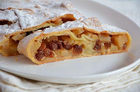 Strudel di mele. Lo strudel di mele è un dolce tipico del Trentino Alto Adige dall'aspetto e dal profumo inconfondibili. Mele, pinoli e uvetta, avvolti da un sottilissimo strato di pasta, per un dolce unico e irresistibile.